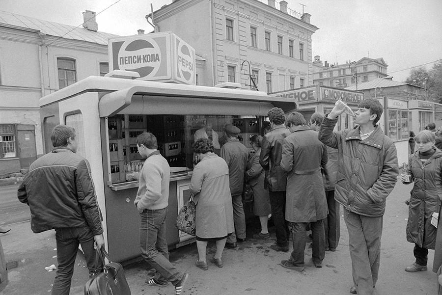 Sebuah kios Pepsi di Moskow, 1983.