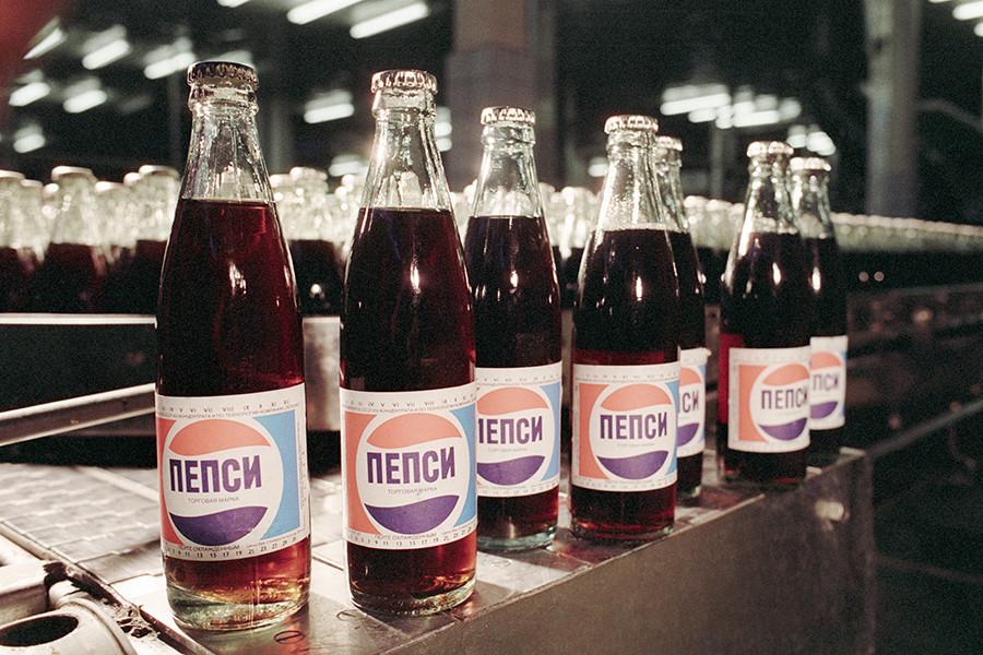 Pepsi dari pabrik yang berbasis di Moskow, 1991.