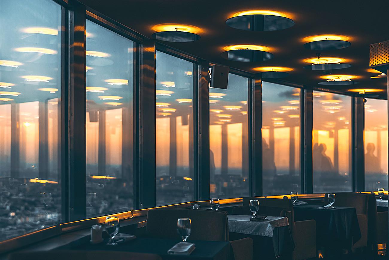 Interior restoran yang terletak di menara Ostankino.