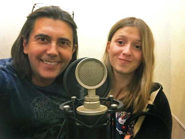 """Композитор Василиј Богатирјов и Алина Кукушкина која је прва """"позајмила"""" глас Маши."""