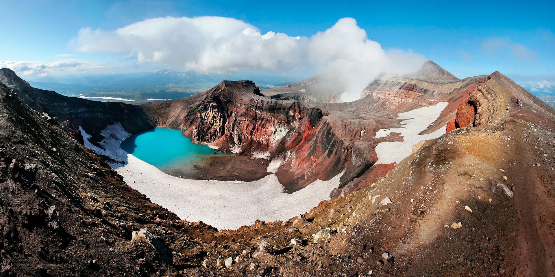 El lago Kurile es un lago de cráter situado en una gran caldera al sur de la península de Kamchatka.
