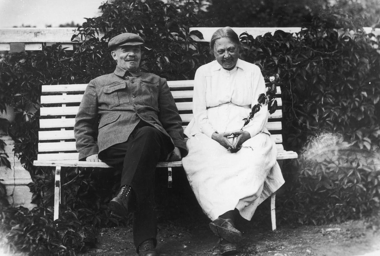 Lenin bersama istrinya Nadezhda Krupskaya di Gorky, 1922.
