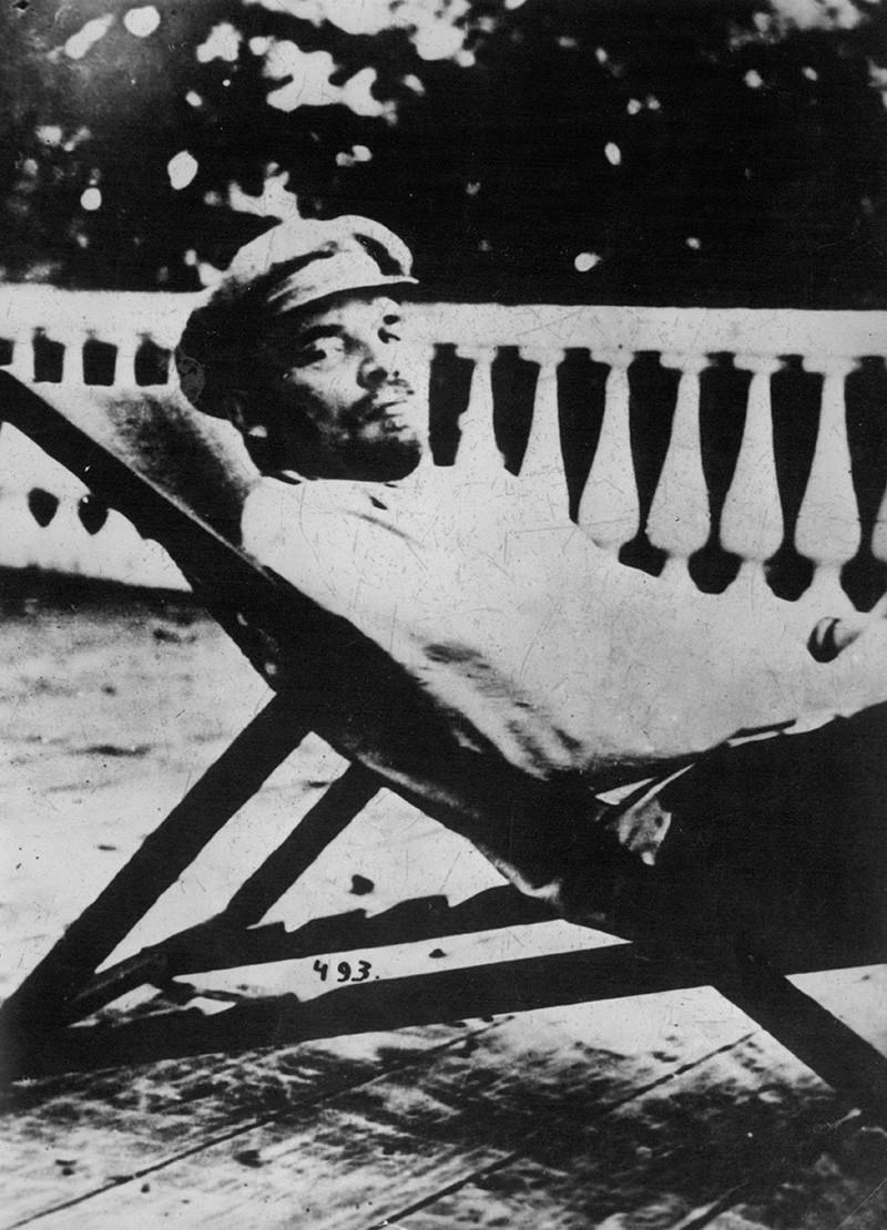 Vladimir Lenin bersantai di bawah sinar matahari, 1918.