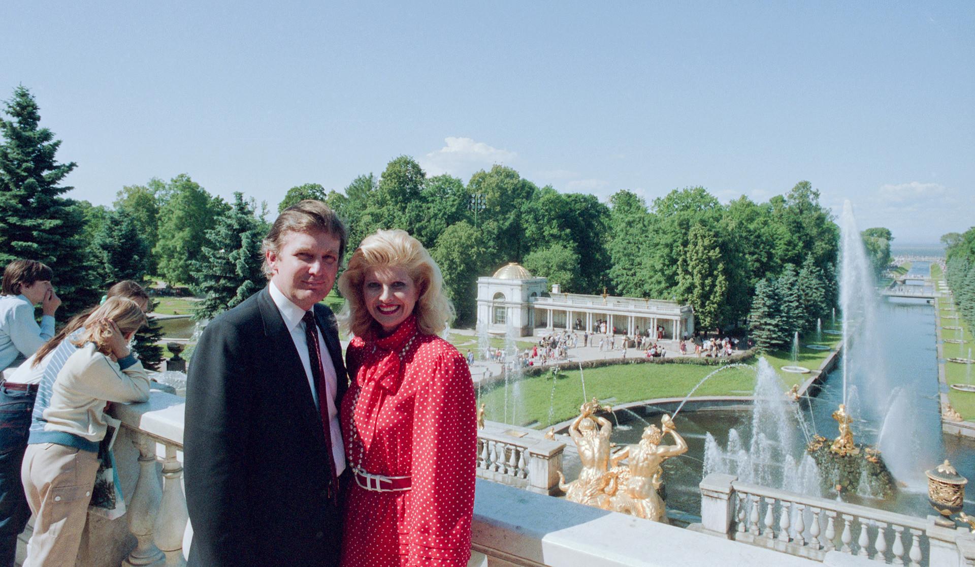Donald Trump avec sa première épouse, Ivana, à Peterhof. Juillet 1987