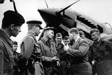 El diseñador del avión, Serguéi Iliushin junto al piloto de pruebas, Vladímir Kokkinaki, en 1942.