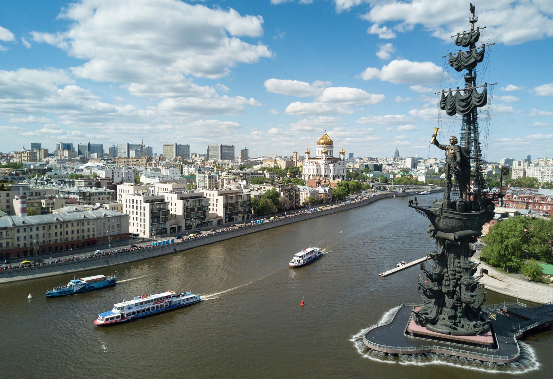 モスクワ川岸にあるピョートル大帝の像