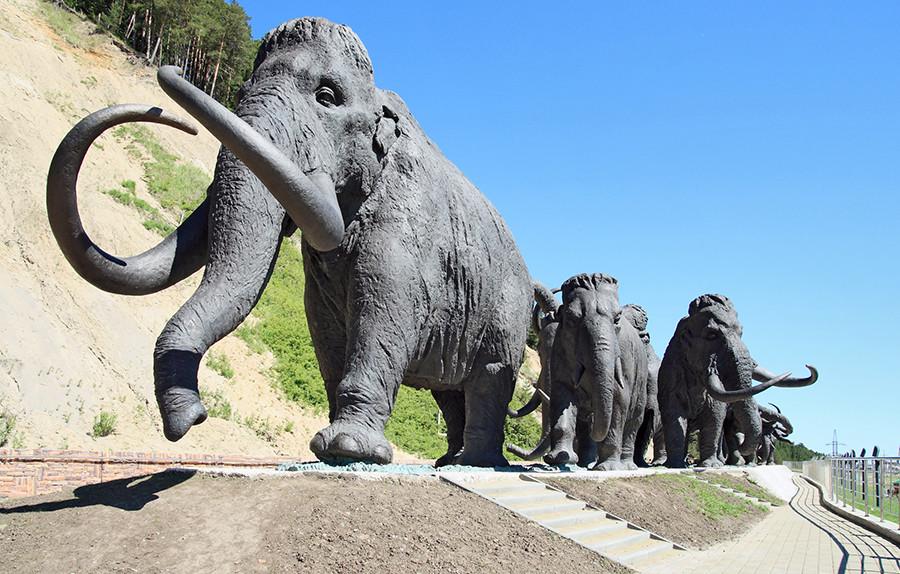Diese Mammut-Herde wurde 2007 anlässlich des 425. Jubiläums der stadt Chanty-Mansijsk aufgestellt.