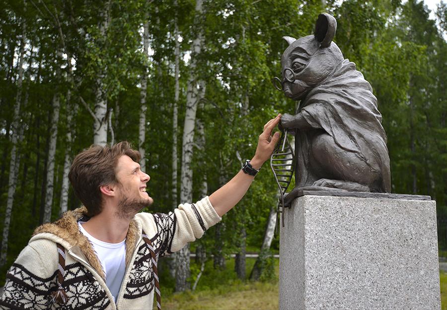 Labor-Maus: Vor dem Genetik-Institut in Nowosibirsk erinnert dieses Denkmal an die zahlreichen Versuchsmäuse, die zu Experimenten genutzt werden.