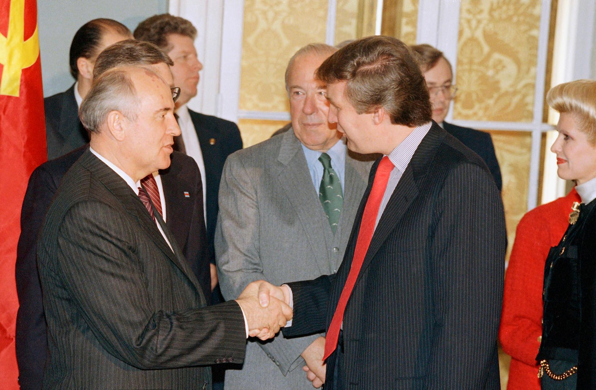 Gorbachov (a la izquierda) y Trump (a la derecha) se estrechan las manos.