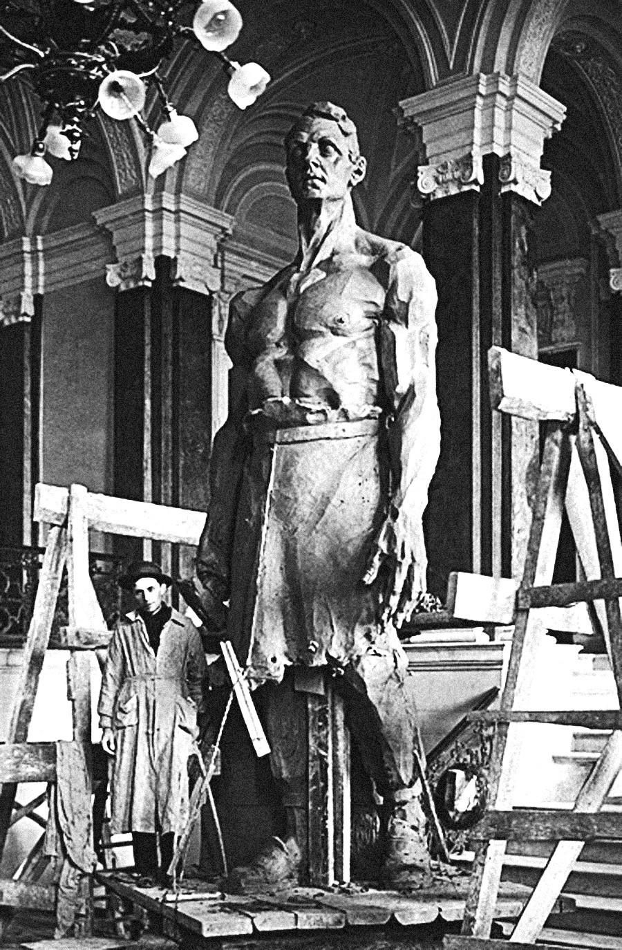 Mikhaïl Bloch devant la statue Grand métallurgiste