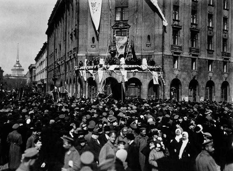 Celebración del Primero de mayo de 1917 en Petrogrado (ahora San Petersbugo).