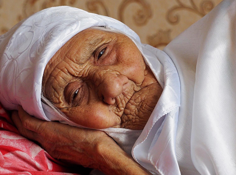 Astrahanjska oblast, Rusija, 29. svibnja 2016.: Prastara Tanzilja Bisembejeva (120 godina) u selu Alča, Krasnojarski rajon, Astrahanjska oblast. Tanzilja je registrirana u Ruskoj knjizi rekorda kao najstarija živuća osoba u Rusiji.