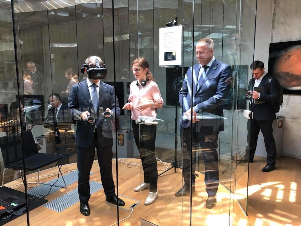 Ruski minister Nikolaj Nikiforov z VR-simulatorjem hoje po vesolju.