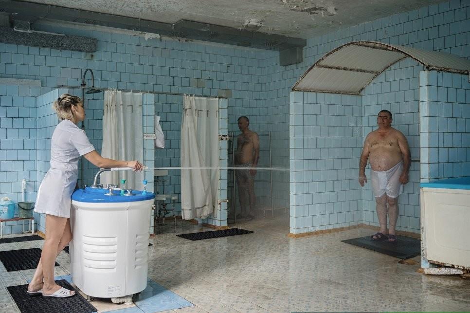 ドミートリー・ルキヤノフ撮影。サナトリウム「ツェれーブヌイ・クリーチ」、 エセントゥキ、ロシア、2016年