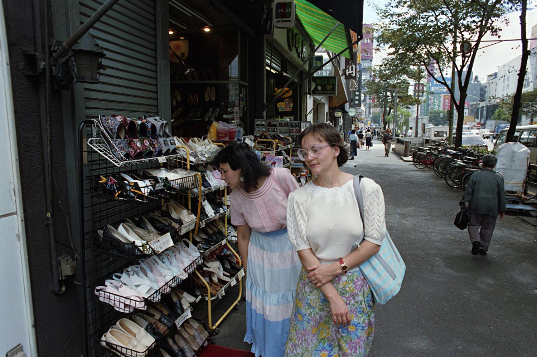 Съветски туристи по улиците на Токио, Япония, 1 октомври 1990 г.