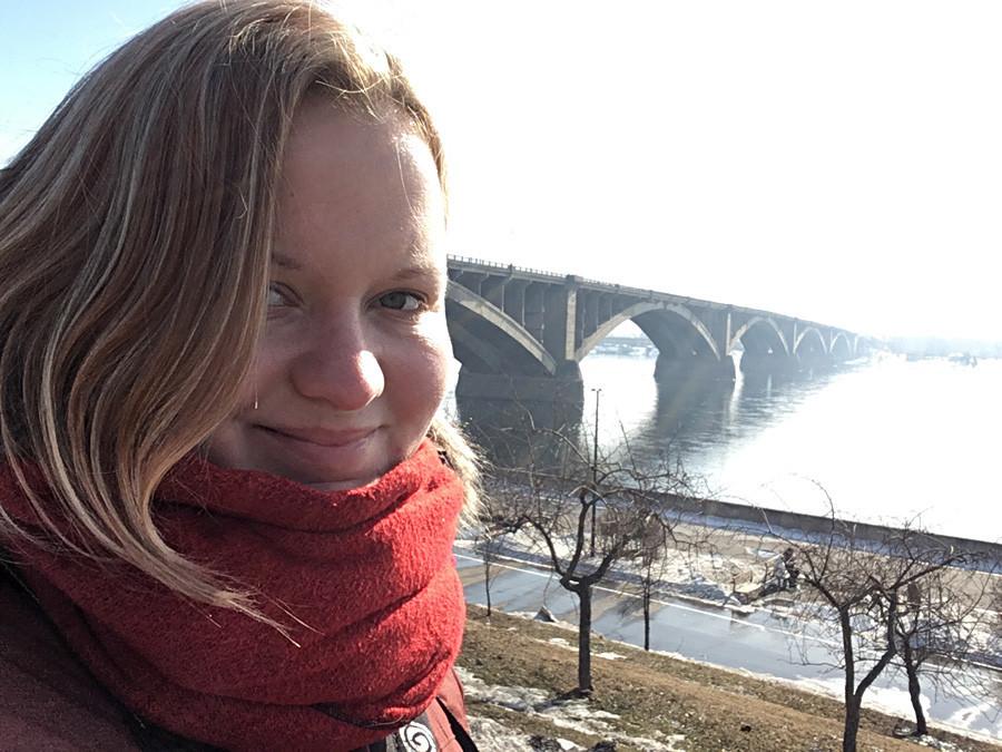 Com a ponte sobre o rio Ienissei, em Krasnoiarsk.