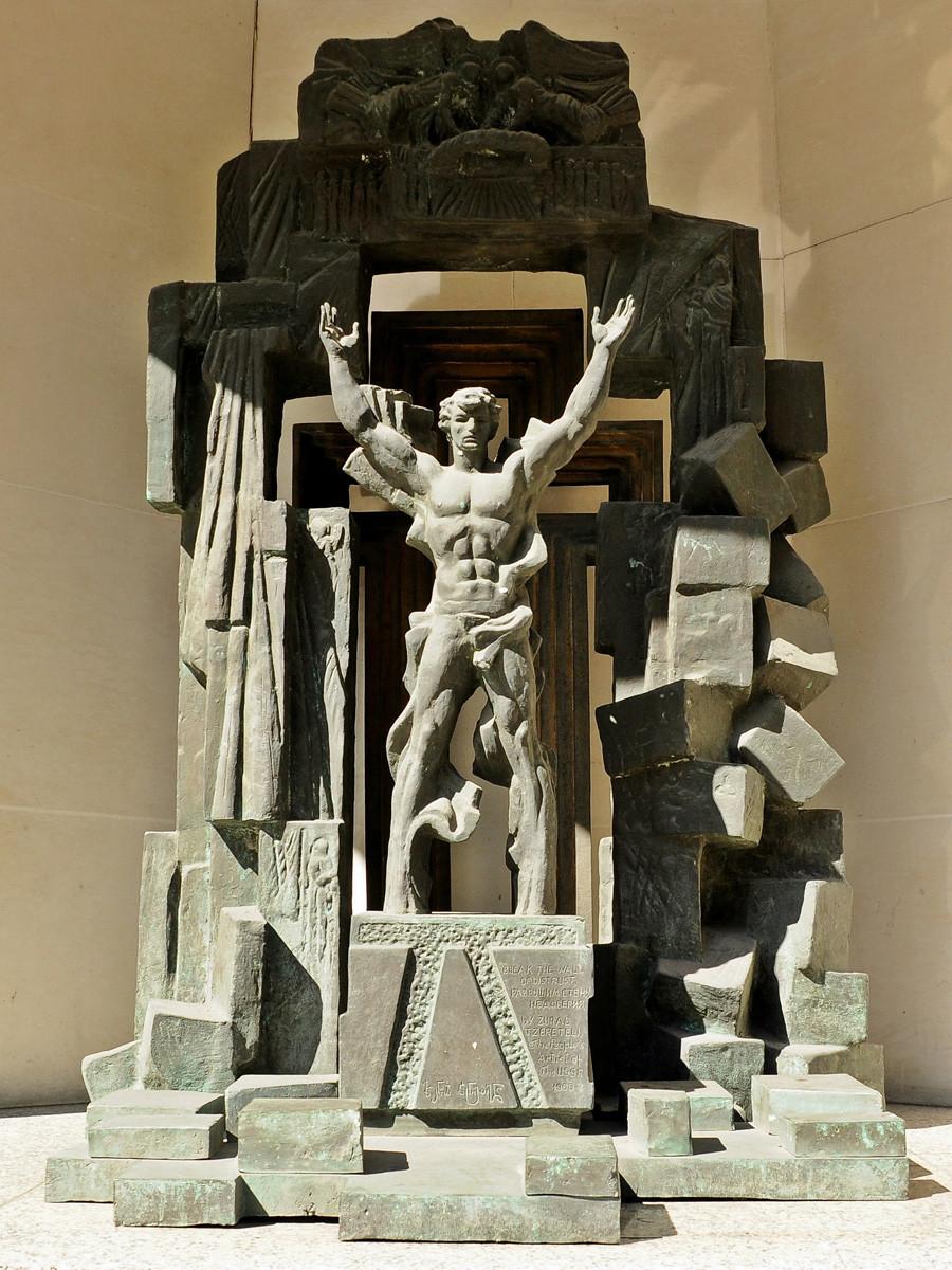 """Monumento """"Quebrar o Muro da Desconfiança"""" foi erguido em Londres em 1990"""