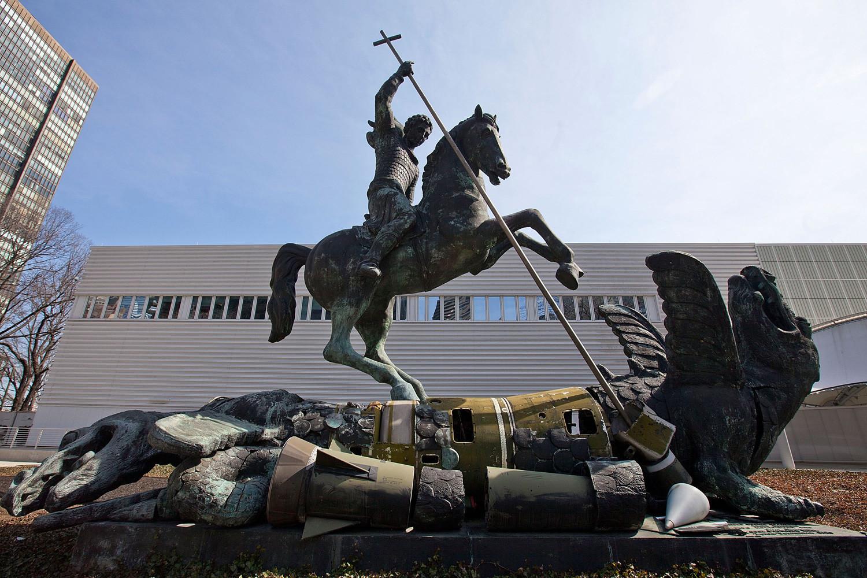 """Monumento """"O bem vence o mal"""" foi instalado em frente ao edifício das Nações Unidas em Nova York, em 1990"""