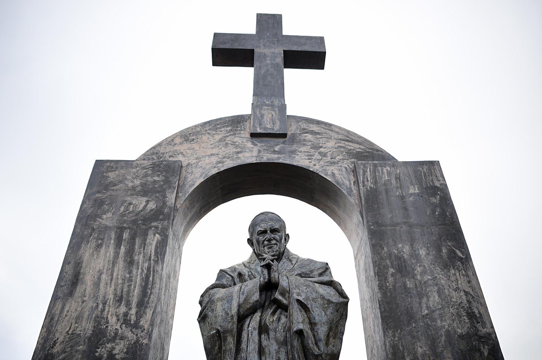 El monumento al Papa Juan Pablo II en Ploermel, Francia.
