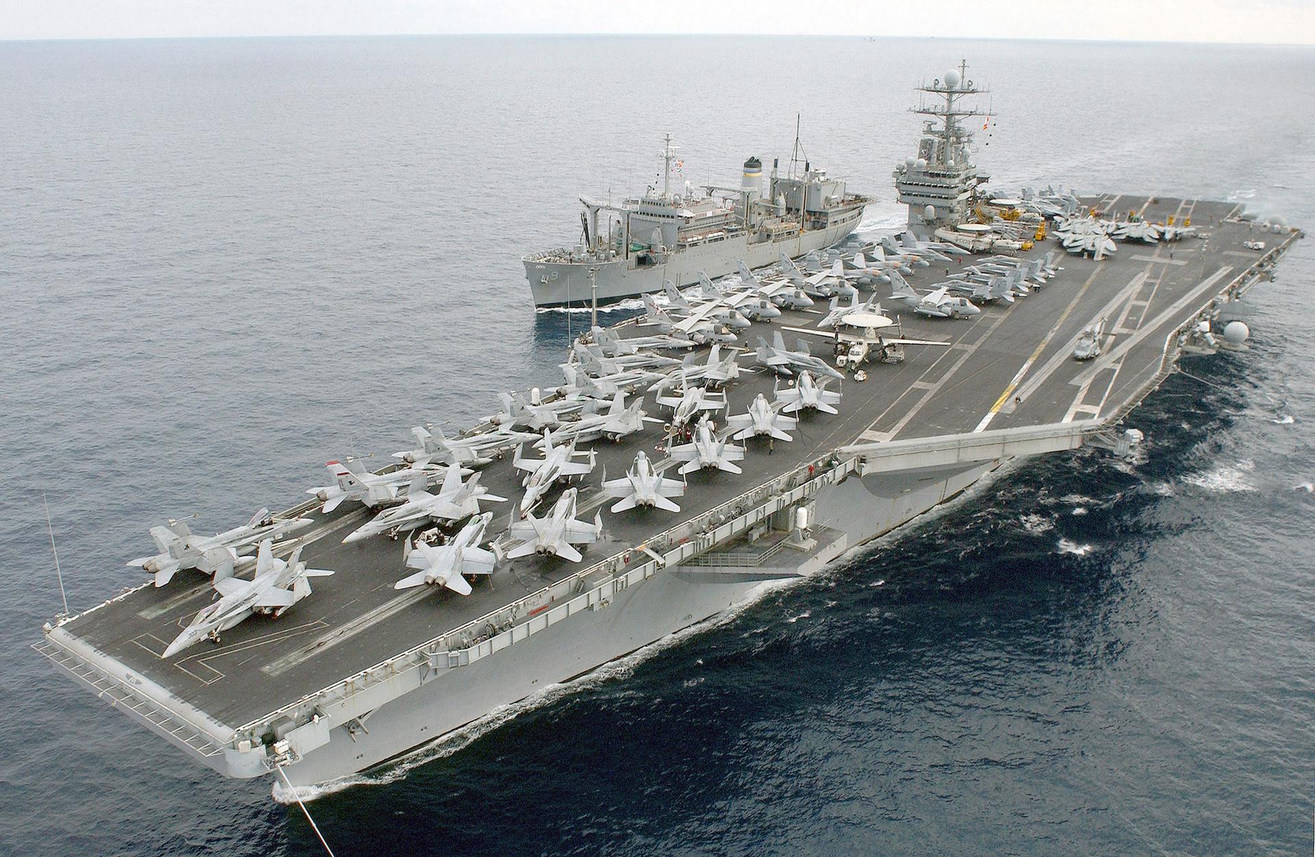 """Носач авиона на нуклеарни погон """"Harry S. Truman"""" и командни брод """"Spica (T-AFS-9)"""""""