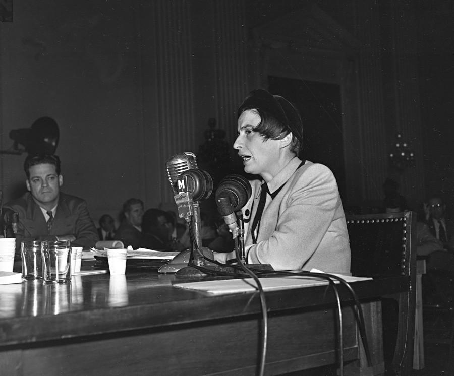 """Ајн Ранд, америчка сценаристкиња и ауторка прозних дела рођена у Русији, говори о филму """"Песма Русије"""" пред Одбором за антиамеричко деловање у Вашингтону, 20. октобар 1947. Комитет истражује комунистичке асоцијације у филмској индустрији у Макартијевом периоду."""