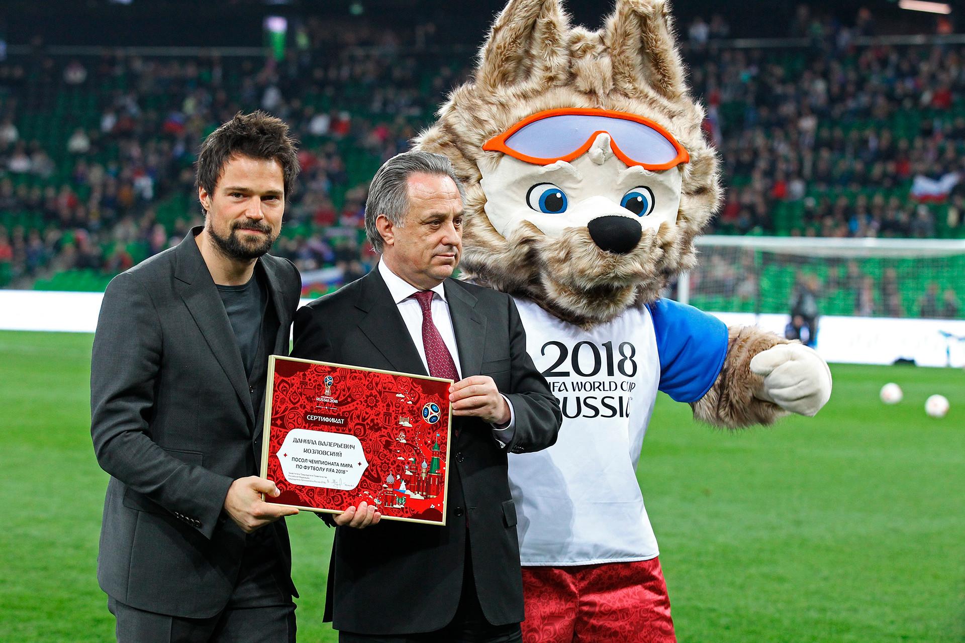 Schauspieler Danila Koslowsij (l.), der Präsident des Russischen Fußballbundes Witalij Mutko (M.) und das Maskottchen Sabiwaka der FIFA-WM 2018 (r.)