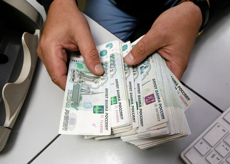 Uslužbenec v nekem podjetju v Krasnojarsku prešteva bankovce.