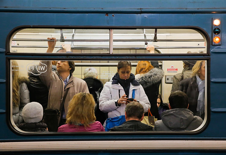 Ljudje stojijo v metroju (Moskva).