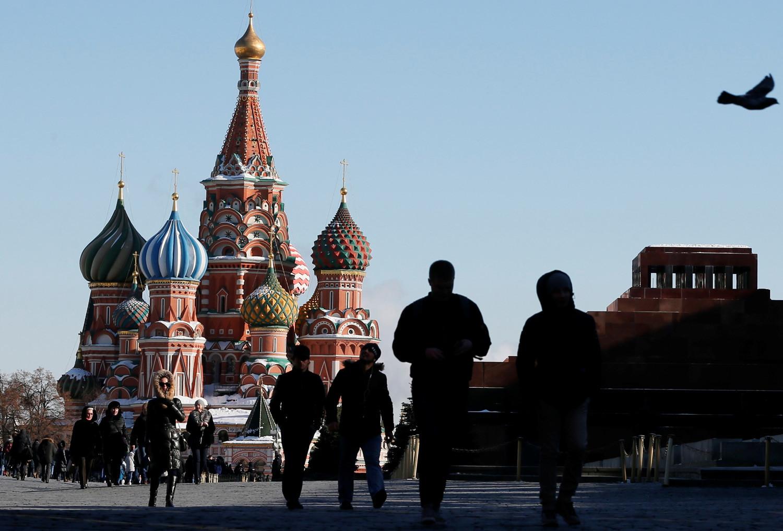 Ljudje se sprehajajo po Rdečem trgu v Moskvi.