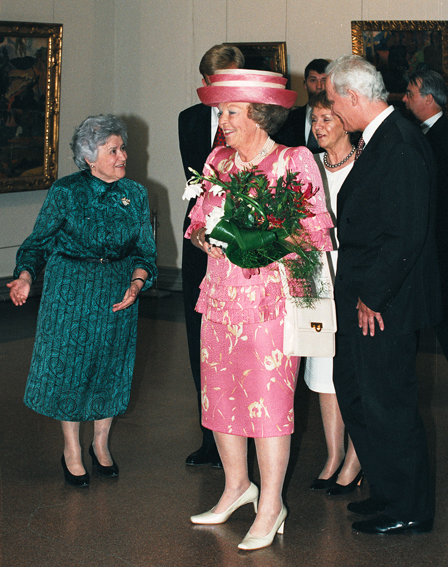 Queen Beatrix of the Netherlands speaks to Irina Antonova (L) on June 6, 2001 during a visit to the museum in Moscow