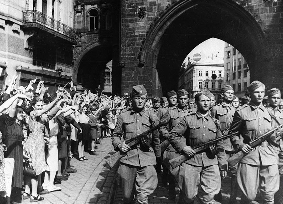 Грађани Прага поздрављају војнике Чешког корпуса који су заједно са совјетском армијом ослободили земљу од нацистичке окупације, 09.05.1945.