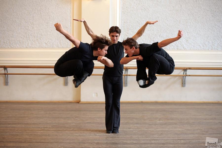 Člani skupine Igorja Moisejeva vadijo kalmiški ples.