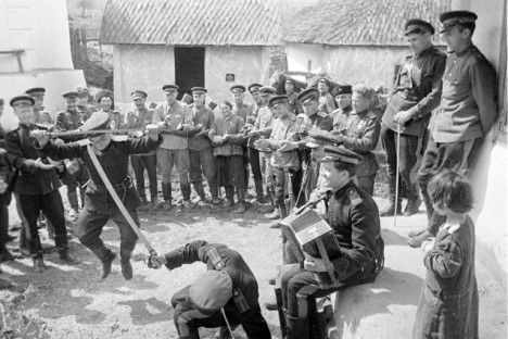 Kozaški gardisti se zabavajo v prostem času med bitkami, 1944.