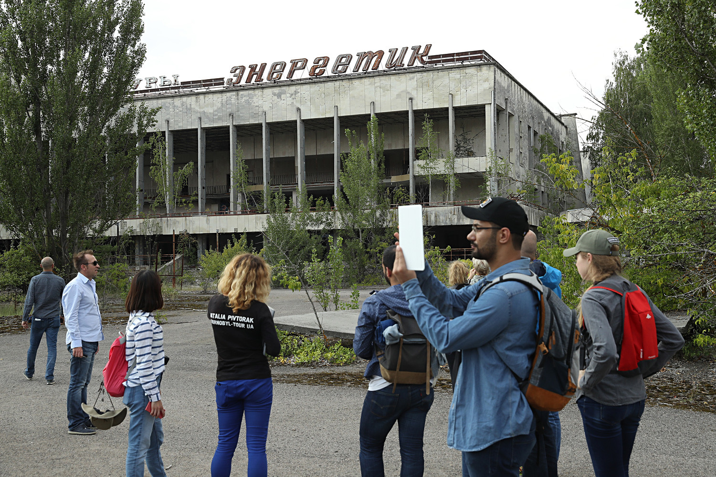 Turistas observam centro cultural Energetika, na cidade-fantasma de Pripyat
