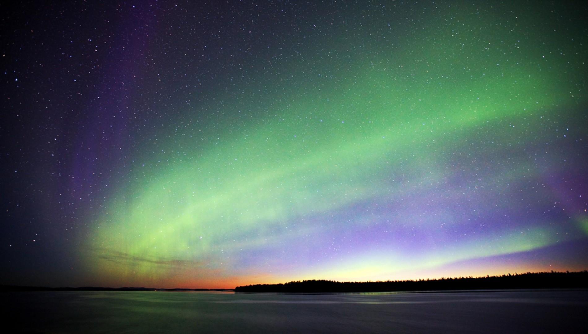 Las brillantes y danzantes luces de la aurora son en realidad colisiones entre partículas provenientes del sol cargadas eléctricamente que entran en la atmósfera terrestre.