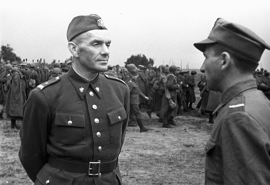 Il generale Zygmunt Henryk Berling, comandante della divisione Tadeusz Kosciuszco dell'esercito polacco, in un campo di addestramento vicino a Ryazan, in Russia. 1 luglio 1943
