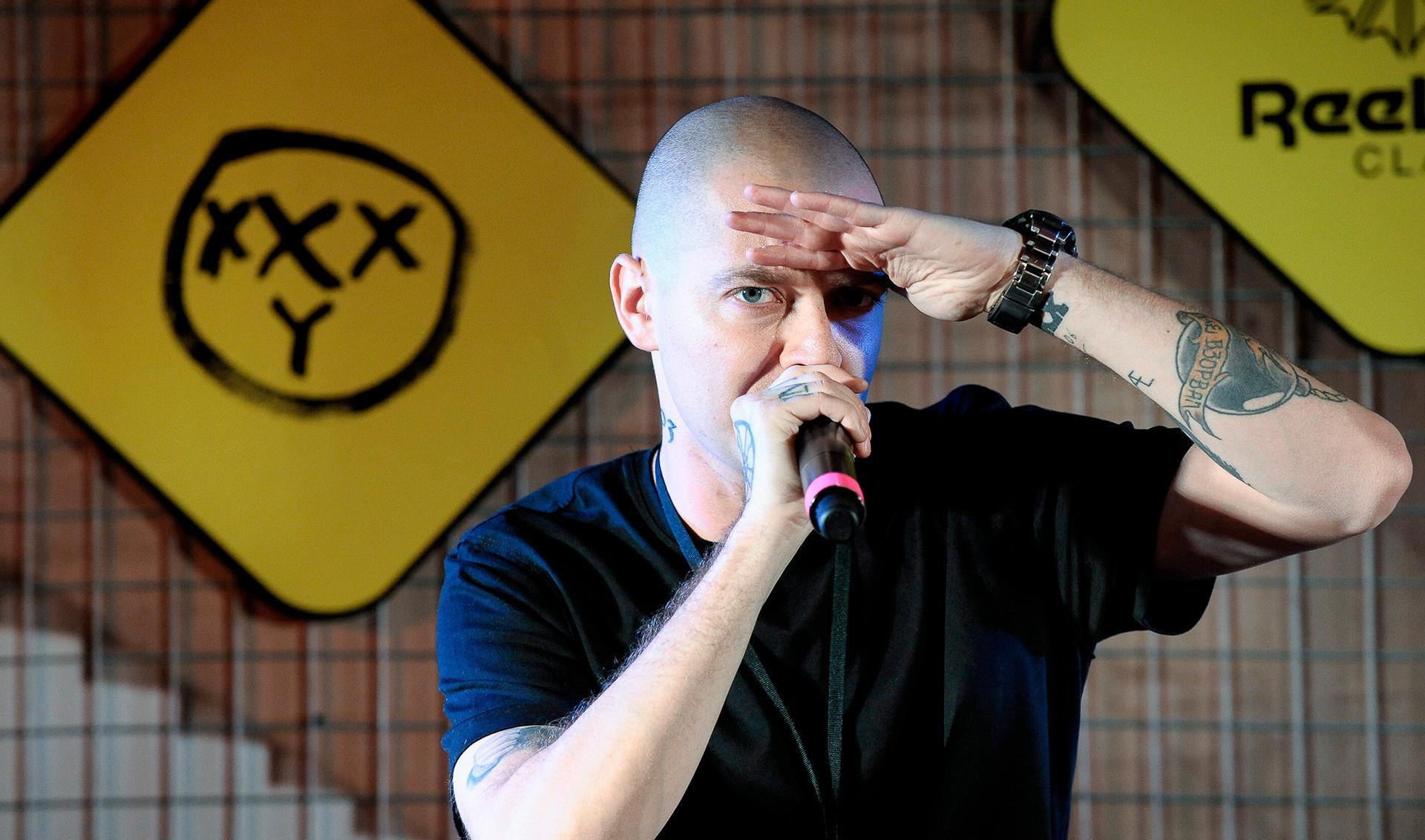 """Oxxxymiron (Miron Fedorov) é por vezes chamado de """"Eminem russo"""". Sua imensa popularidade se deve a letras provocantes e participação em batalhas de rap"""