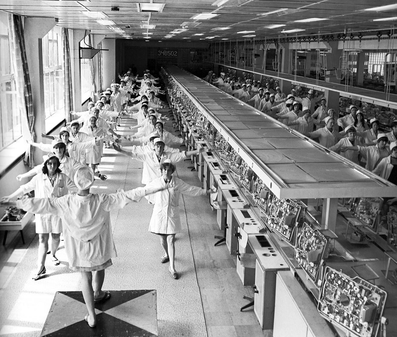 Senam untuk pekerja industri di Pabrik Televisi Lvov. 1969