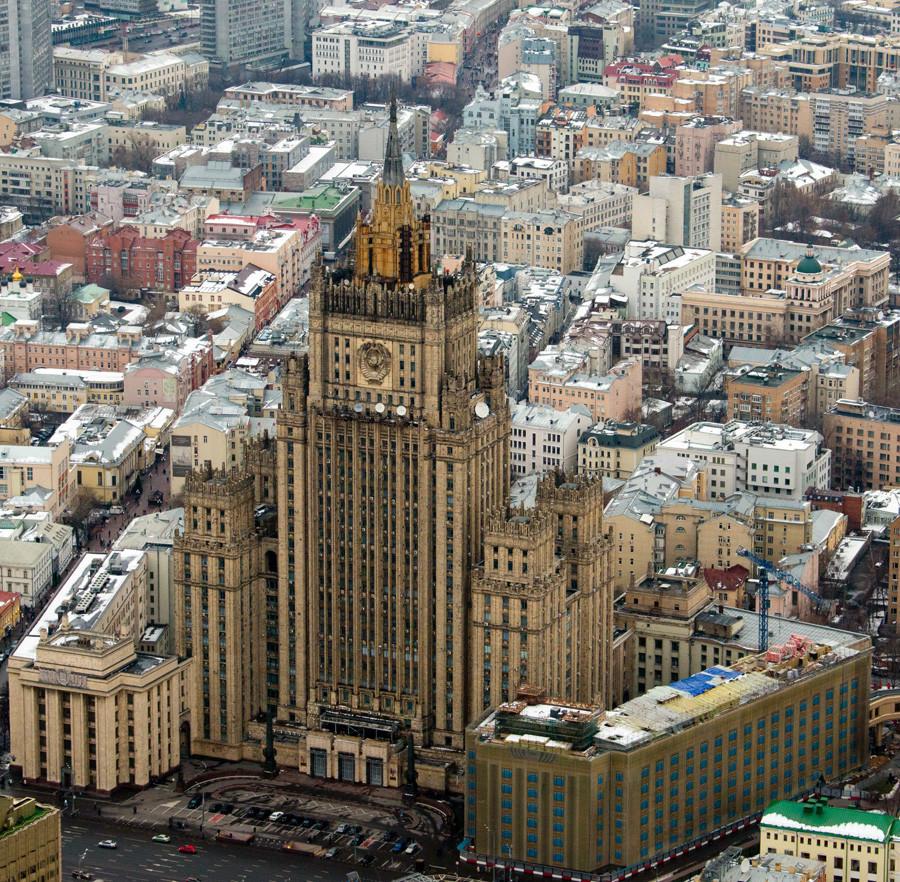 Tahun lalu, Kementerian Luar Negeri Rusia menerima menara gereja baru, memicu perdebatan tentang asal-usulnya.