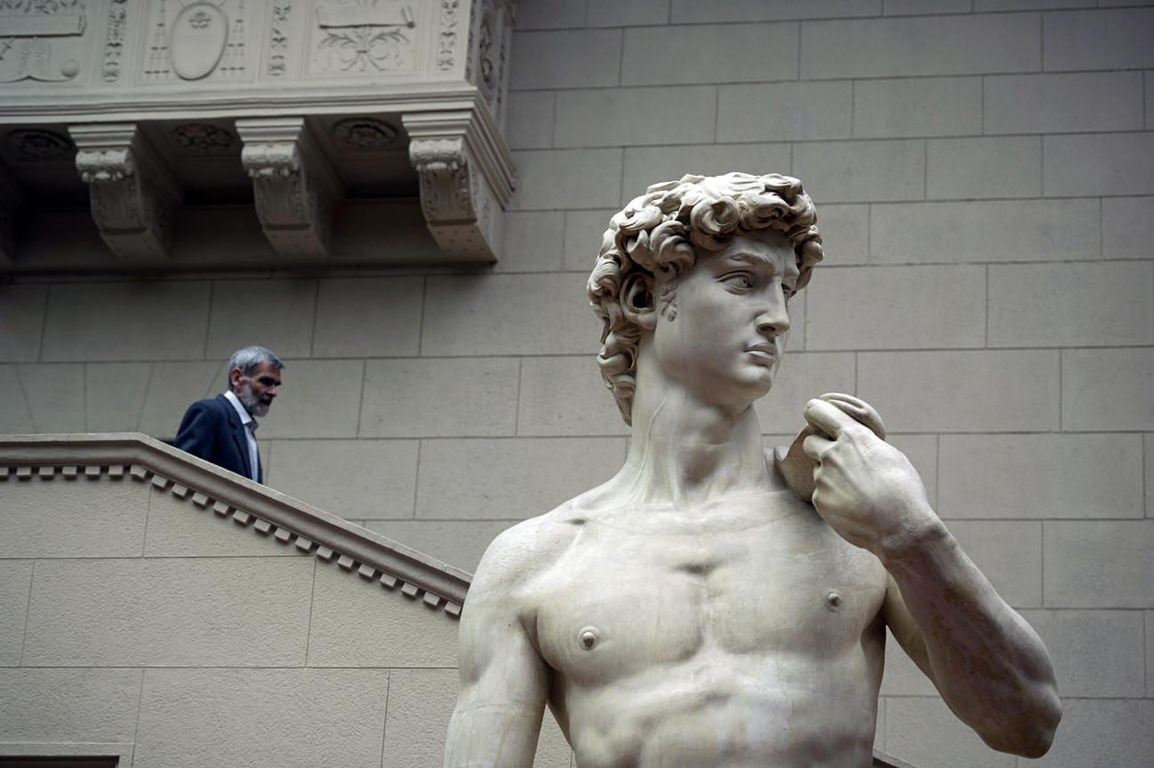 Seorang pria mengunjungi Museum Seni Rupa Pushkin.