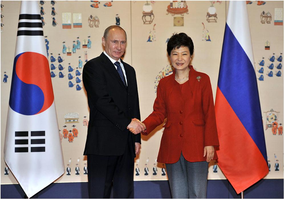 Vladimir Putin se rokuje z južnokorejsko predsednico Park Geun Hje (2013-2017).