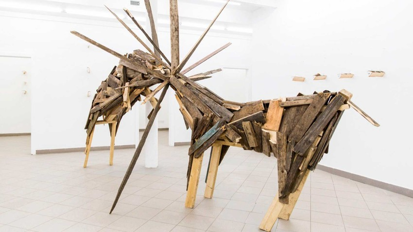 """Exposição """"Lenha mental"""", do artista Aleksei Martins, na galeria """"Fragment""""."""
