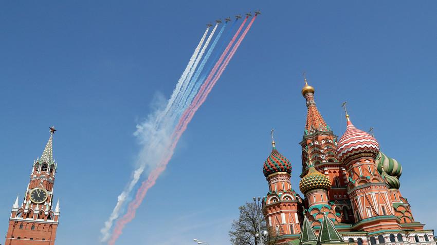 Су-25 над Црвеним тргом