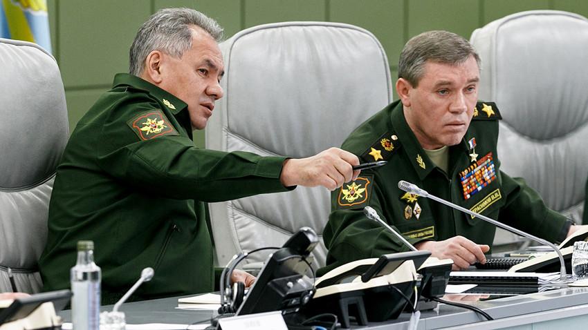 Le ministre de la Défense Sergueï Choïgou et le chef d'état-major des forces armées de la Fédération de Russie Valeri Guerassimov