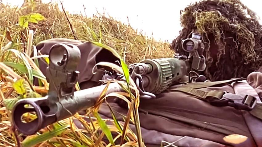 Снајперист вооружен со пушка СВД кал. 7,62х54 мм R
