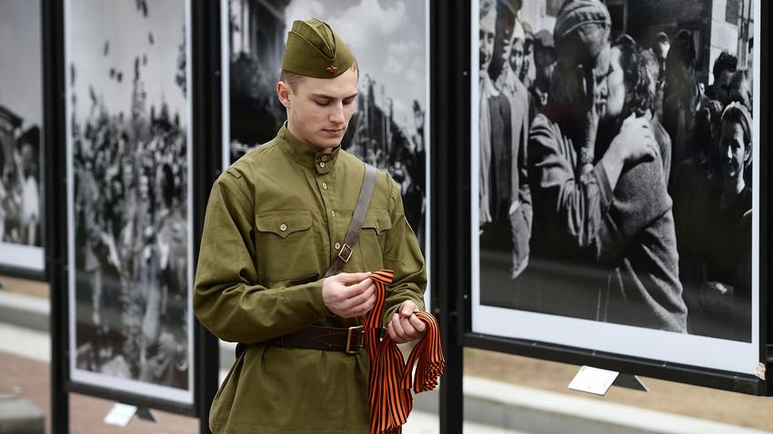 """Млад мъж във военна униформа от Великата отечествена война участва в откриването на фотоизложбата """"Страници от победата"""" в Москва, посветена на 70-годишнината от победата при Великата отечествена война."""