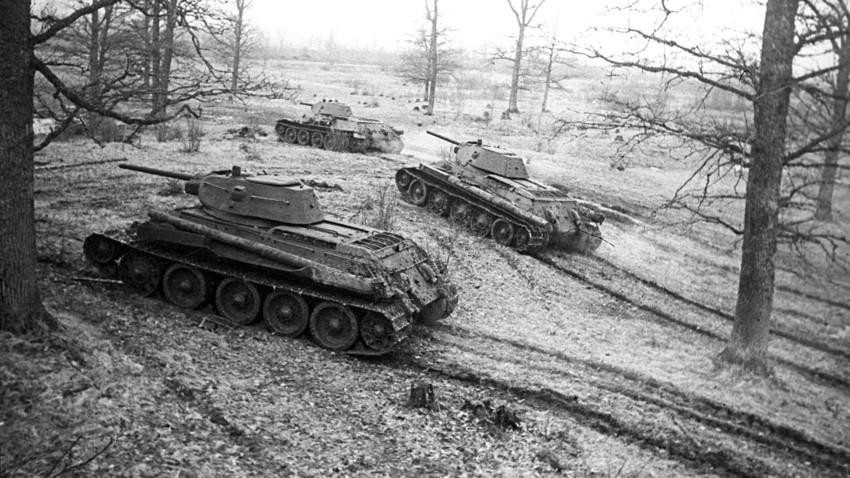 Tanki T-34 na svojih pozicijah. Tretja beloruska fronta, 1944.