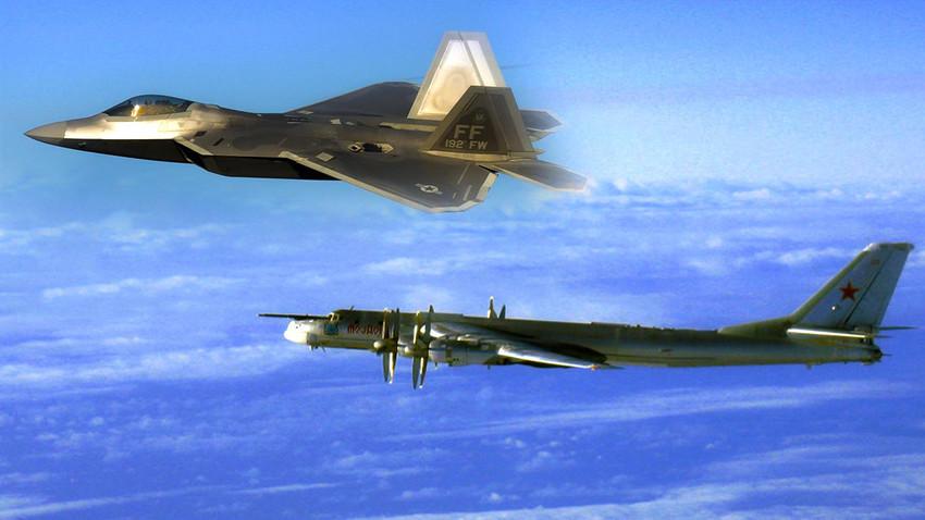 Изтребител F-22 и руски стратегически бомбардировач T-95