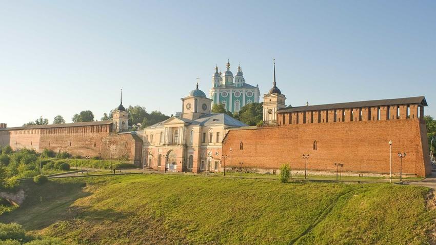 Ciudadela de Smolensk. Muralla Norte e Iglesia de la Puerta del Icono de Hodegetria de la Virgen. Vista del noroeste desde el Puente Central sobre el Río Dniéper. 1 de julio de 2014.