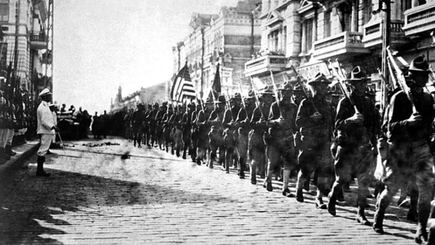 Ameriške enote paradirajo v Vladivostoku. Japonski marinci so v položaju mirno. Avgust 1918.